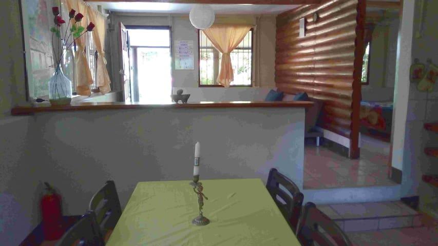 La cuisine et la salon au fond