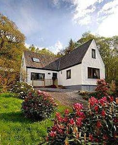 Luxury Pet friendly Cottage with superb loch views