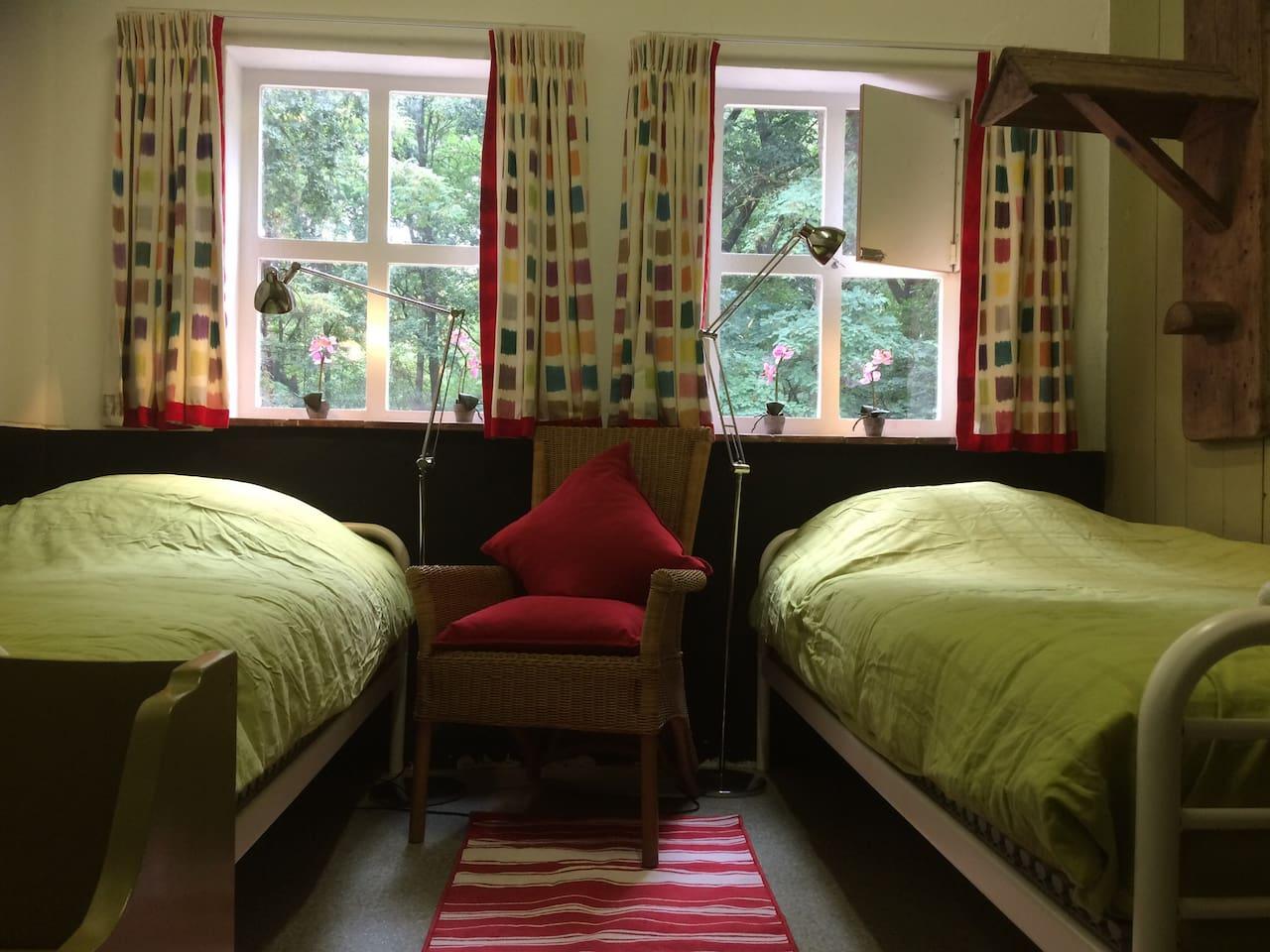 Bed & Breakfast Zadelkamer met eenpersoons bedden, leesstoel en leeslampen