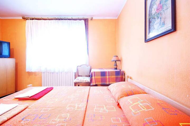 Private room & bathroom + parking - Belgrade - House