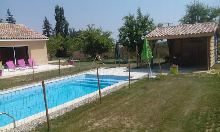 Maison avec piscine chauffée  au calme