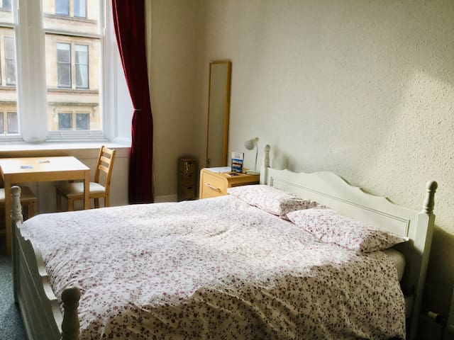 Bright spacious double room in traditional flat
