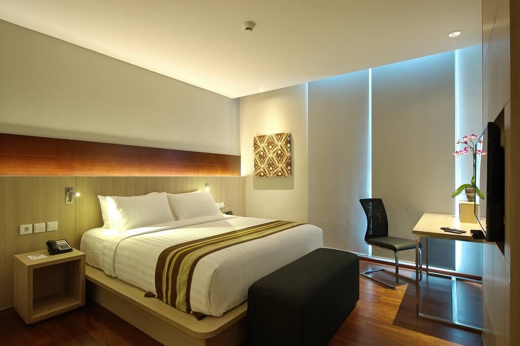 1 king size bed di lengkapi dengan meja kerja dan tv