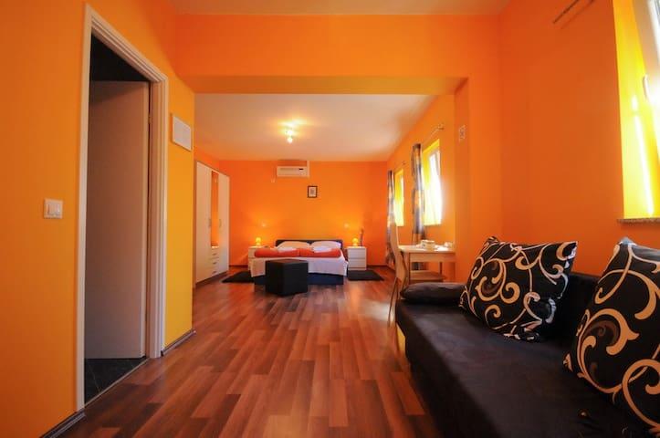Rooms Modrušan 1-orange room