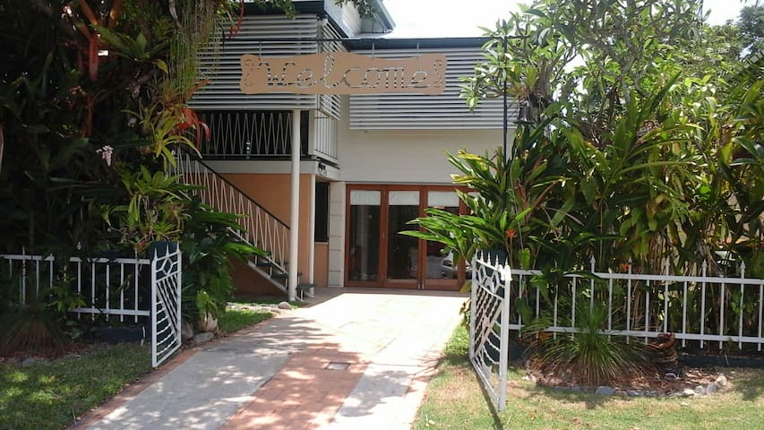 Traditional  Tropical Queenslander - Westcourt - Casa