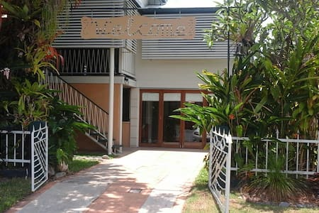 Traditional  Tropical Queenslander - Westcourt - House
