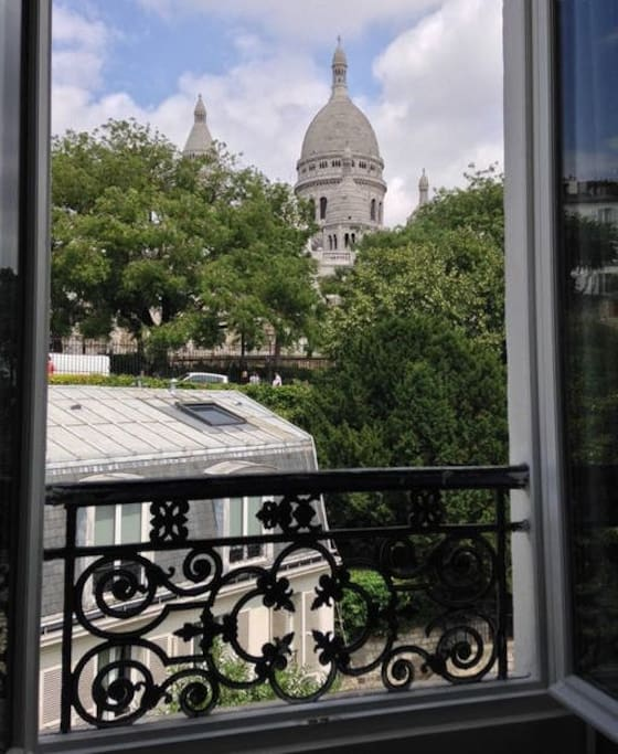 Here is the 2d view : from the bedroom, you will enjoy a scenic view of Sacré Coeur Church