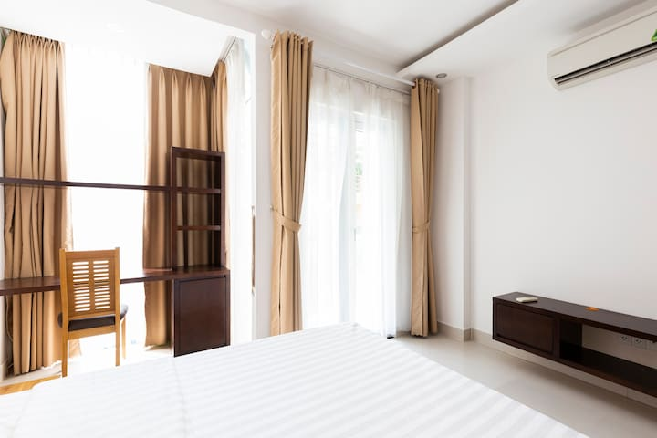 Spacious 1BR Apartment Near NotreDame Cathedral
