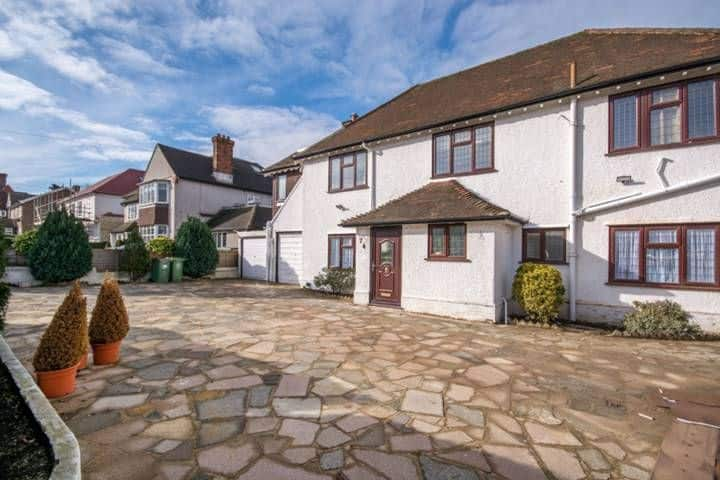 Large, modern 4 bedroom house - refurbished