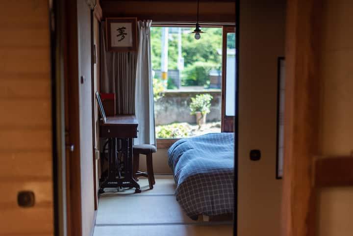 シングル個室。安芸駅徒歩7分、築80年の古民家ゲストハウス【Room志】