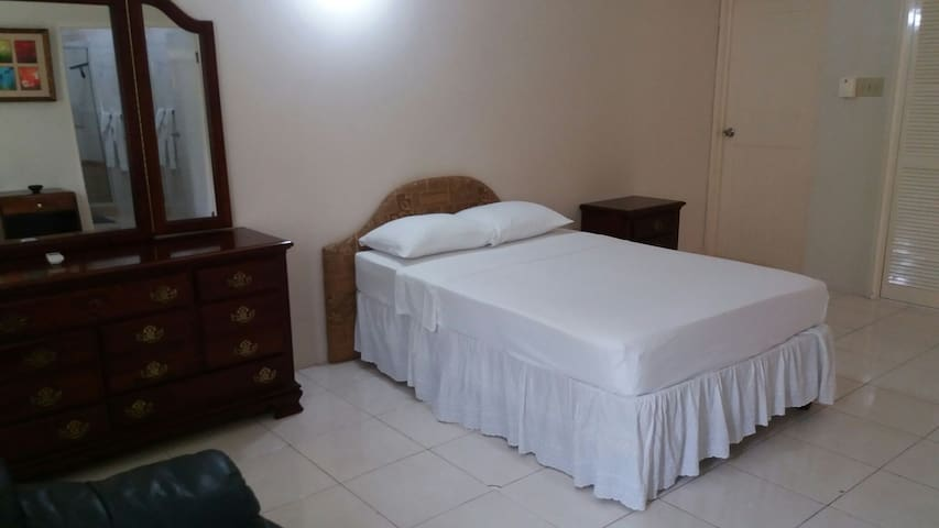 Holiday 2 bedroom apartment - Runaway Bay - Flat