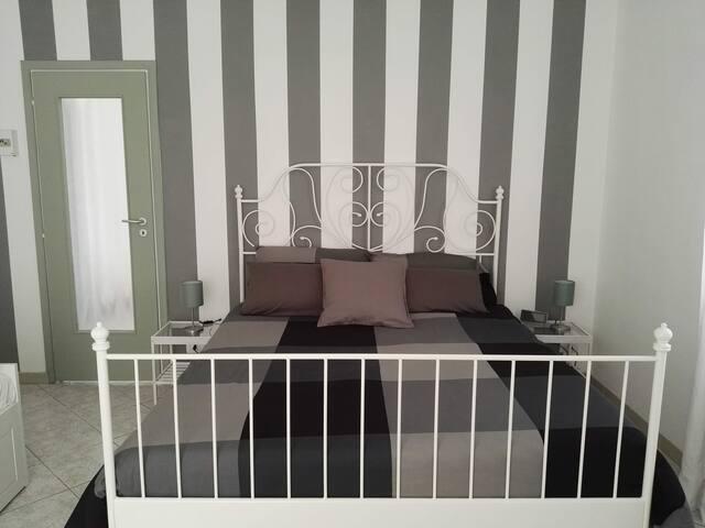 Un letto King size con biancheria 100% cotone anallergico