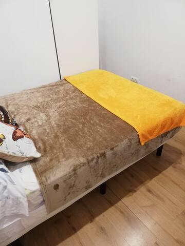 Habitación con colchón de 135x190. Colchón de visco y almohada también..