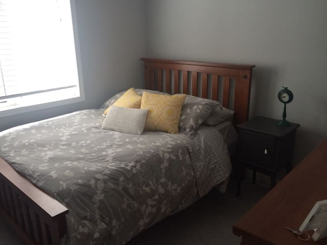 Cozy Private Bedroom - Kitchener - Maison