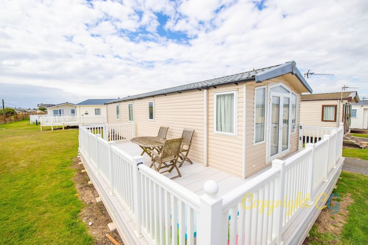 SP26 - Camber Sands Holiday Park - Close to beach - Private Parking Space - Large Decking