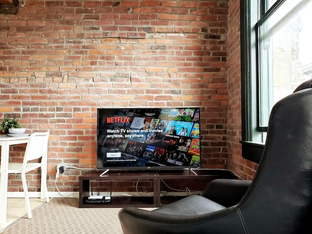 Exposed Brick - Chic Gastown Loft (Tourist Area)