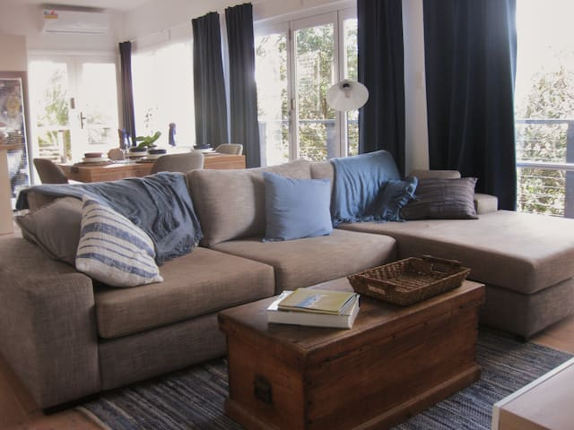 Newly renovated 2 br apartment among the treetops