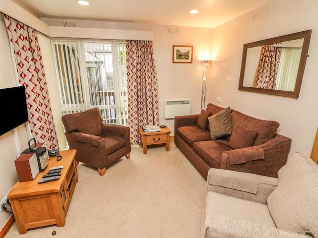 QUAYSIDER'S APARTMENT 8, family friendly in Ambleside, Ref 940702