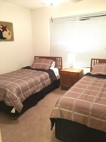 Cozy private bedroom and bathroom - Summerville - Appartement
