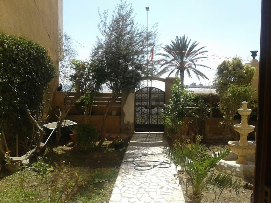 Le jardin avec vue sur une avenue et la mer