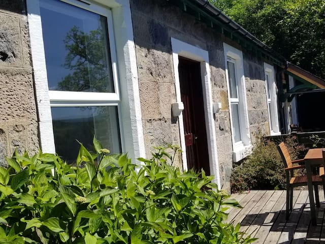 AWE VIEW RAILWAY COTTAGE, pet friendly in Lochawe, Ref 943993