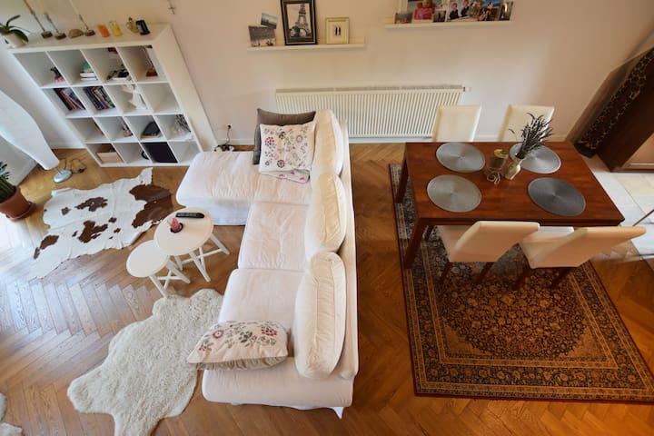 Przytulny dwuosobowy pokój na przedmieściach