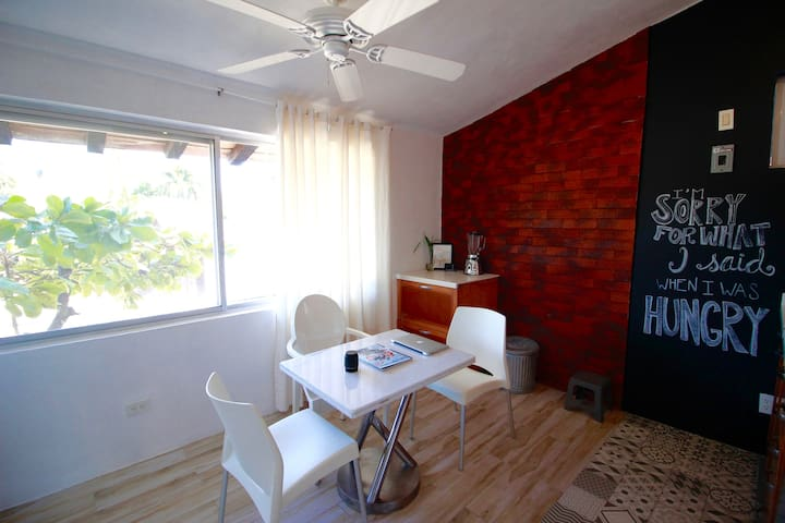 1 Bed Studio (Sleeps 3) 5 minutes from the beach