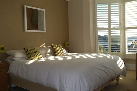 The View @ No.2 ! Huge comfy bed ! - Falmouth