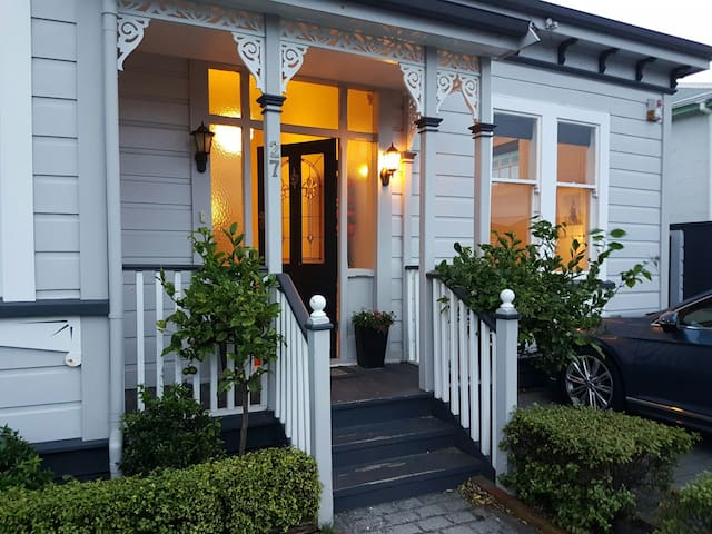Double room in charming Petone villa!
