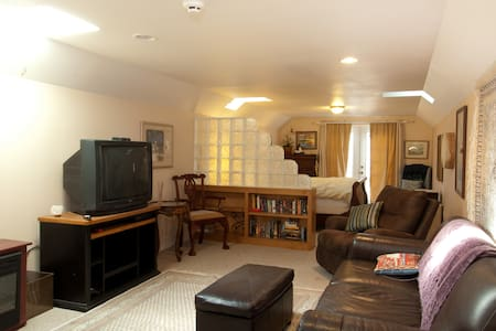 Furnished Upper Condo in Gig Harbor - 아파트