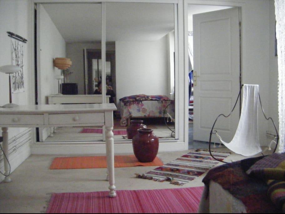 La chambre la plus spacieuse est confortable et agréablement éclairée