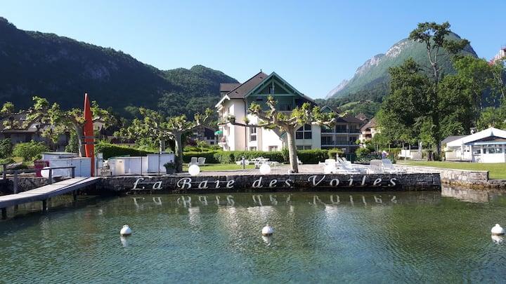 Pieds dans l'eau au lac d'Annecy à Duingt