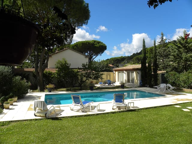 Très jolie studio plein pied avec piscine