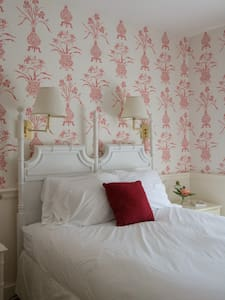 Lovely room in Maine coastal inn. - Castine