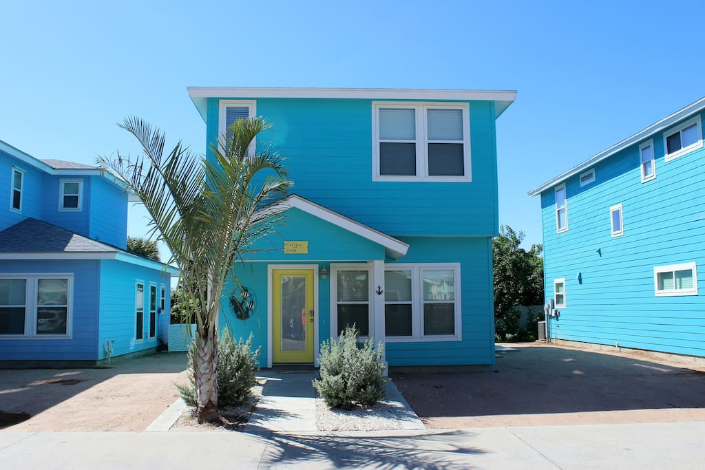 Colorful and close to the beach! Walk there in minutes.