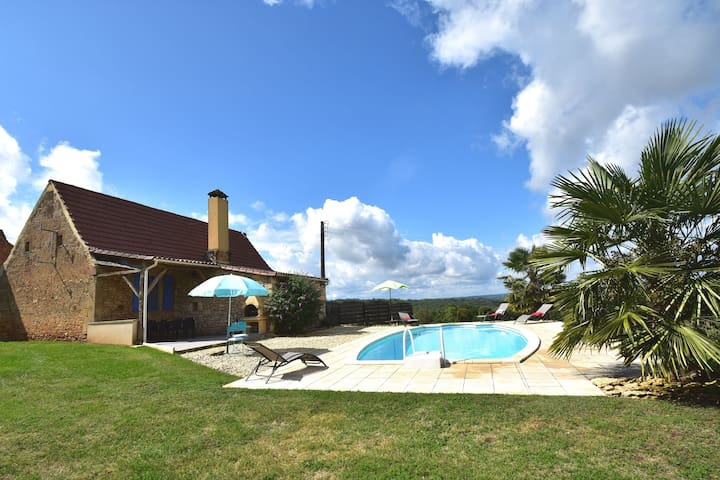 Cozy house with great views and private pool near center of Les Eyzies de Tayac