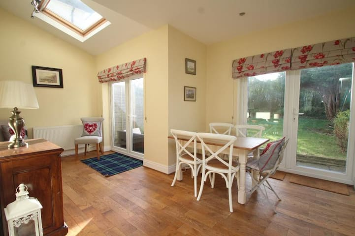 Cosy, Spacious, 4 bed house, garden & parking