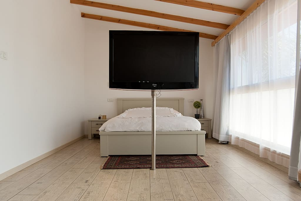 queen size bed, turnable TV (Jacuzzi/bed)