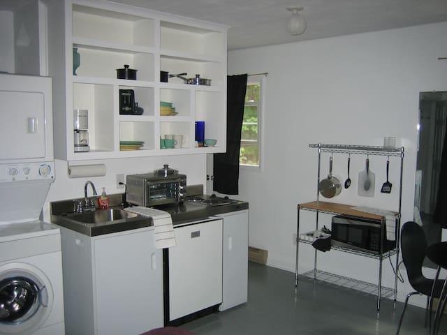 studio apt.- kit, bath, w/d, queen - Blacksburg - Ház