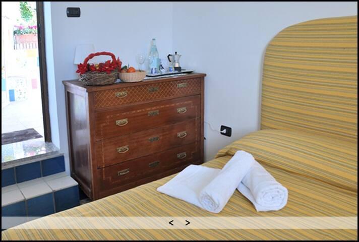 Dependance: camera doppia con bagno e ingresso indipendenti con aria condizionata e televisione