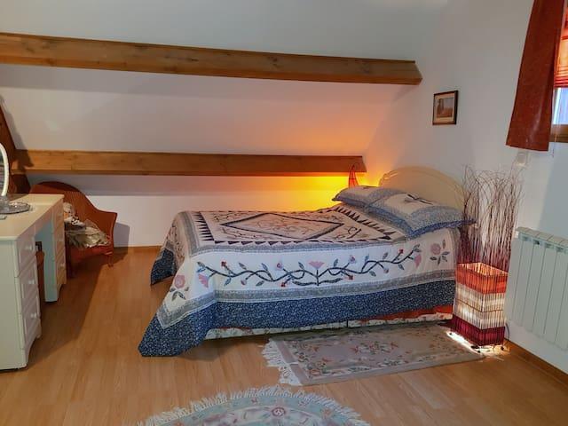 Deuxième lit double à l'étage.