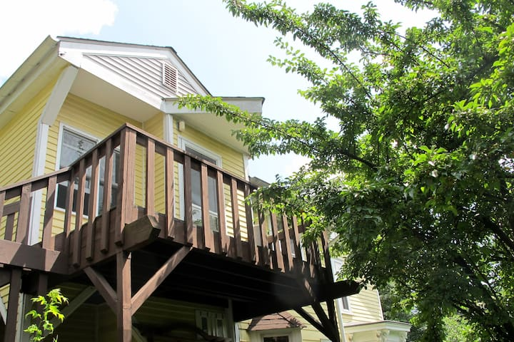 Studio Apartment with Private Deck - Ossining - บ้าน