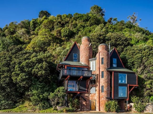 Architectural Icon by the Seaside - Lower Hutt - House
