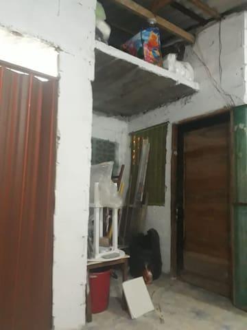 Entrada a la cabañita parte delantera interior, puerta de madera.