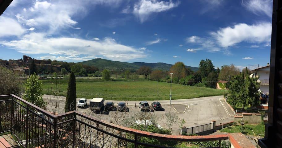 Immerso nella campagna fra Siena, Arezzo e Firenze