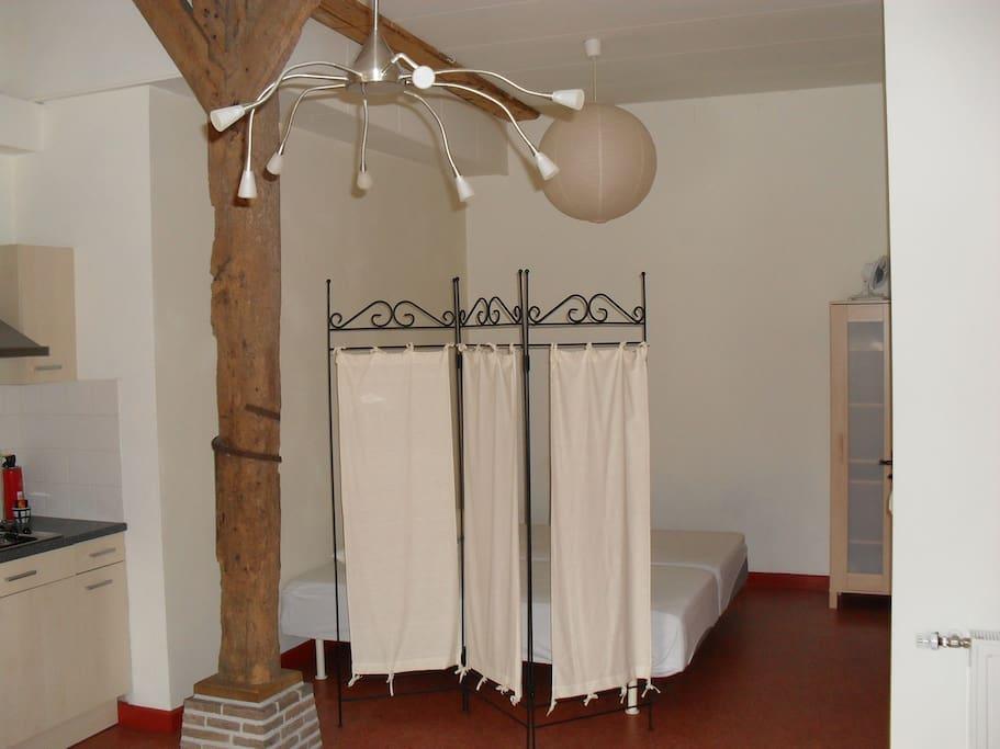 De appartementen bestaan elk uit één grote,hoge ruimte (met privébadkamer apart). Een kamerscherm scheidt het slaapgedeelte van het zitgedeelte.