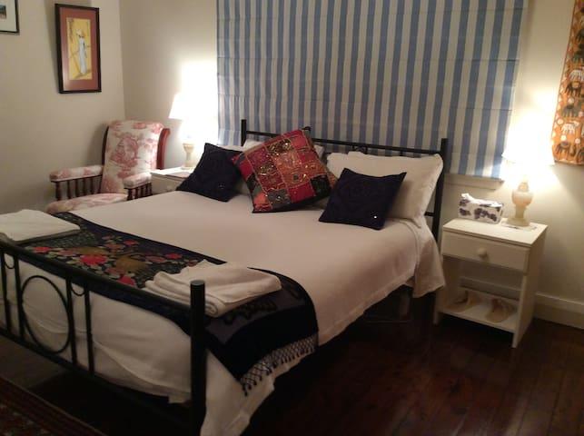 Bedroom 1 Queen sized bed.