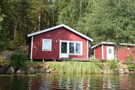 Modern stuga 10 meter från fin badsjö! - Vimmerby - Бунгало