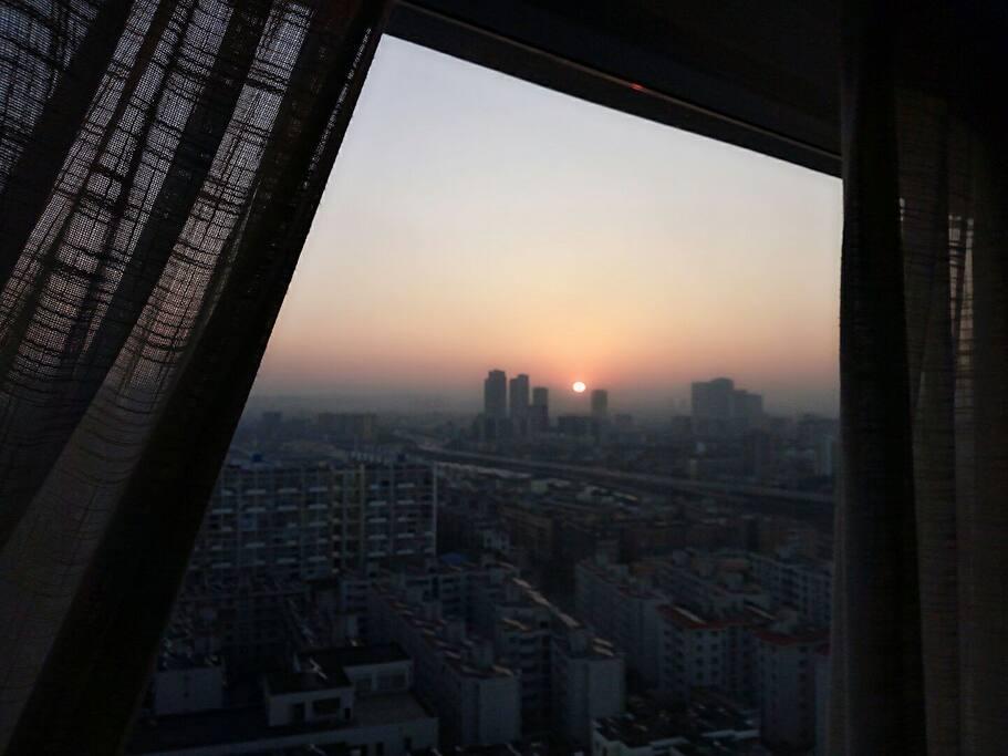 在房间里都能看到春城的日出。You may see beautiful sunrise in this room.