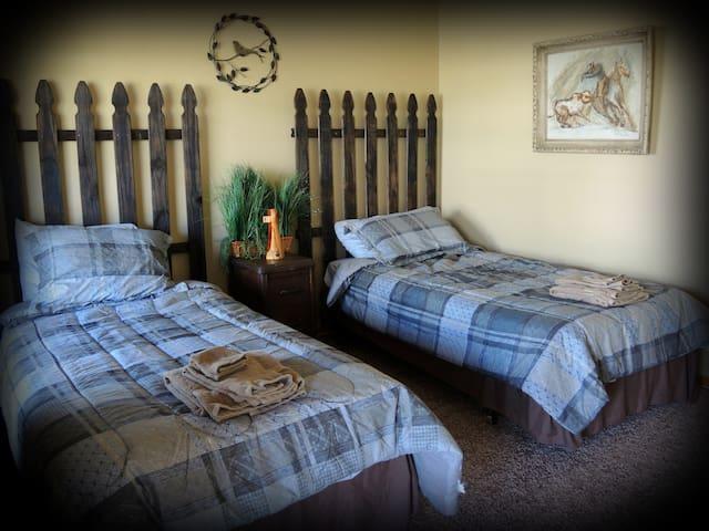 Night Bird Ranch B&B #4 Ranch Hand (Twin) - Ledbetter - Bed & Breakfast